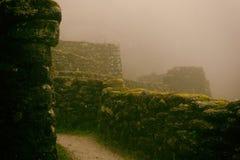 Den forntida stenen fördärvar i mist på Inca Trail peru härligt dimensionellt diagram illustration södra tre för 3d Amerika mycke royaltyfria bilder