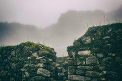 Den forntida stenen fördärvar i mist på Inca Trail peru härligt dimensionellt diagram illustration södra tre för 3d Amerika mycke arkivbilder