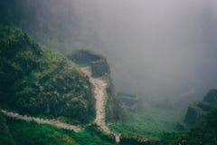 Den forntida stenen fördärvar i mist på Inca Trail peru härligt dimensionellt diagram illustration södra tre för 3d Amerika mycke arkivfoton