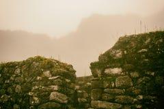 Den forntida stenen fördärvar i mist på Inca Trail peru härligt dimensionellt diagram illustration södra tre för 3d Amerika mycke arkivbild