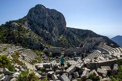 Den forntida teatern fördärvar på Termessos, lokaliserat 34 km inland från Antalya i Turkiet Arkivbild
