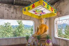 Den forntida templet fördärvar i Sangklaburi, Thailand arkivbild