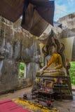 Den forntida templet fördärvar i Sangklaburi, Thailand Arkivbilder