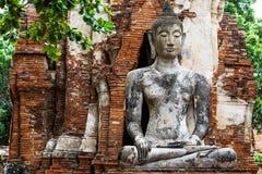 Den forntida templet med fördärvar buddha Arkivbilder