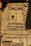 Forntida trädörr som snidas och dekoreras wonderfully Royaltyfri Fotografi