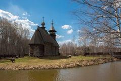 Den forntida trätemplet står på bankerna av floden Royaltyfri Foto
