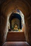 Den forntida tunnelen och statyn buddha Royaltyfria Bilder