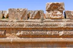 Den forntida Umayyad fragmentväggen fördärvar i Amman, Jordanien royaltyfri bild
