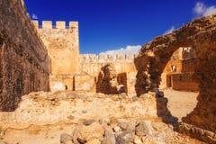 Den forntida Venetian fästningen Frangokastello på Kretaön Royaltyfria Bilder