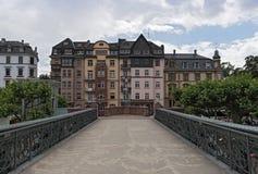 Den fot- bron Eiserner Steg, Frankfurt, Tyskland för gammalt järn Royaltyfri Bild