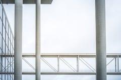 Den fot- bron/höjde gångbanan - modern arkitektur, gov royaltyfri fotografi