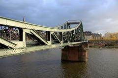 Den fot- bron i Frankfurt Der Eiserne Steg över den huvudsakliga floden Royaltyfri Bild