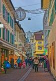 Den fot- gatan med shoppar i gammal stad av Lucerne Arkivfoto