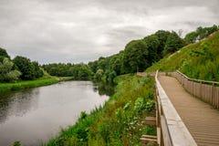 Den fot- trägångbanan längs floduniversitetslärare i Seaton parkerar, Aberdeen, Skottland Royaltyfria Foton