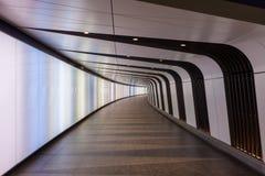 Den fot- tunnelen med den inbyggda ljus-väggen öppnar på det King's korset arkivbilder