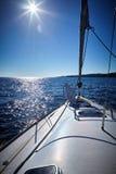 Den främre delen av en segelbåt, uppsättning på seglar mycket till havet Fotografering för Bildbyråer