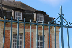 Den främre porten av ett hus som placerades i Lisieux, Frankrike, målades i blått Royaltyfria Foton