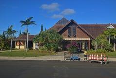 Den främre raka sikten av den lilla flygplatsen av Ile Des klämmer fast ön, Nya Kaledonien Royaltyfri Fotografi