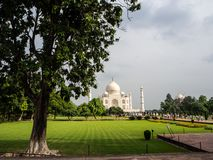 Den främre sidan av den Taj Mahal mausoleet royaltyfria foton