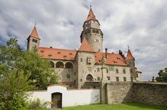 Den främre sikten av brunnen bevarade den gotiska slotten Bouzov Arkivfoto