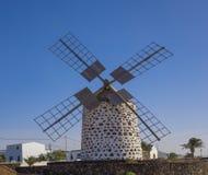 Den främre sikten av en väderkvarn i den Lajares Fuerteventura Las Palmas kan Arkivbild