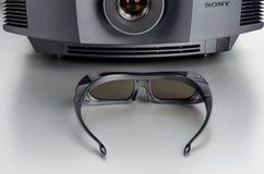 Den främre sikten av Sony VPL-HW40ES returnerar bioprojektorn med 3D-glasses Royaltyfria Bilder