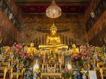 Den främsta Buddha Image i kyrkan av Wat Rakhangkhositrar Arkivfoto