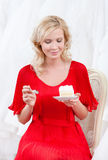 Den framtida bruden är klar att smaka bröllopstårtan Arkivfoto
