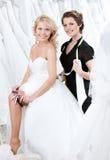 Den framtida bruden tillfredsställs med strumpebandet royaltyfri fotografi