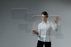Framtida teknologi. Flickapressen knäppas pekskärmen har kontakt. Fotografering för Bildbyråer