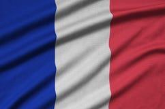 Den Frankrike flaggan visas på ett sporttorkduketyg med många veck Baner för sportlag royaltyfri fotografi