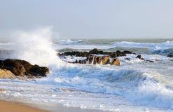 Den franska havskusten med vågor och vaggar Arkivbilder