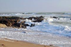 Den franska havskusten med vågor och vaggar Arkivfoto