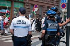 Den franska polisen under demonstrationen för fred mellan Israel och Palestina, mot den israeliska bombningen i Gaza Royaltyfri Bild