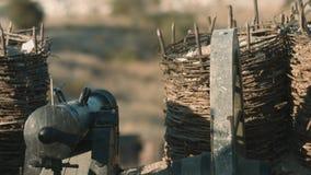 Den franska soldaten tänder säkringen på kanonen lager videofilmer