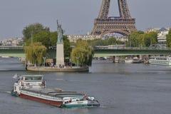 Den franska statyn av Liberty Replica och Eiffeltorn, sikt från floden Seine - Paris, Frankrike, AUGUSTI 1, 2015 - var fallen för Arkivfoto