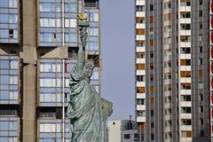 Den franska statyn av Liberty Replica och moderna byggnader, Paris, Frankrike, AUGUSTI 1, 2015 - var fallen för medborgare av Par Arkivfoton