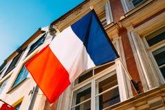 Den franskaTricolours flaggan dekorerar en lokal styrningbyggnad i P Arkivbild
