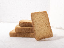Den frasiga sujien mjölkar skorpa eller rostat bröd fotografering för bildbyråer