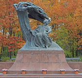 Den Frederic Chopin monumentet i Lazienki parkerar warsaw poland royaltyfri fotografi