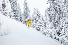 Den Freeride snowboarderen skidar på lutningen Arkivfoto