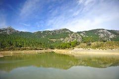 Den Fresnillo behållaren, toppiga bergskedjan de naturliga Grazalema parkerar, landskapet av CÃ-¡ diz, Spanien royaltyfri foto