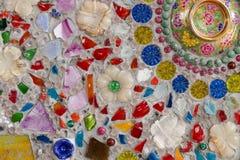Den färgrika brutna tegelplattan, pärlan, bunken och stenen som dekorerar på tem Fotografering för Bildbyråer