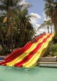 Den färgrika röda och gula vattenglidbanan i aqua parkerar Royaltyfria Foton