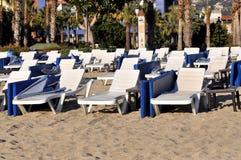 Den fria chaisen är slö på stranden för Kleopatra ` s i Turkiet, Alanya Royaltyfria Bilder