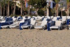 Den fria chaisen är slö på stranden för Kleopatra ` s i Turkiet, Alanya Royaltyfri Foto