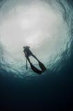 Spearfisherman stiger till ytbehandla Arkivbilder