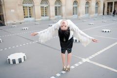Den fria lyckliga gladlynta unga kvinnan tycker om Paris, Frankrike för convertflicka för skönhet rå bättre kvalitet Frihet och l arkivfoto