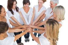 Den fridsamma kvinnlign modellerar sammanfogande händer i en cirkel Royaltyfri Bild