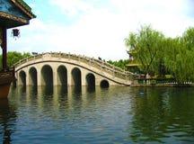 Den fridsamma sikten av en traditionell kinesisk bro i en traditionell kines parkerar royaltyfri foto